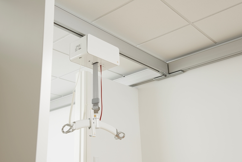 In rooms where a lot of lifting takes place, the most appropriate solution is often a room-covering ceiling lift system consisting of two parallel rails and a traverse rail on which the lift is mounted.