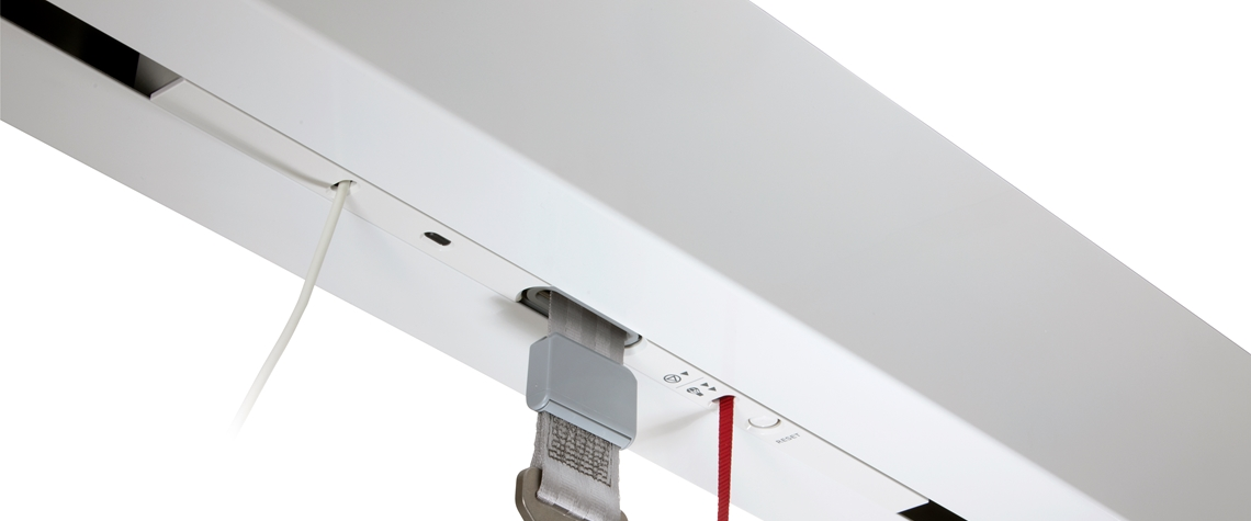 Discreet ceiling hoist allowing extra lifting height