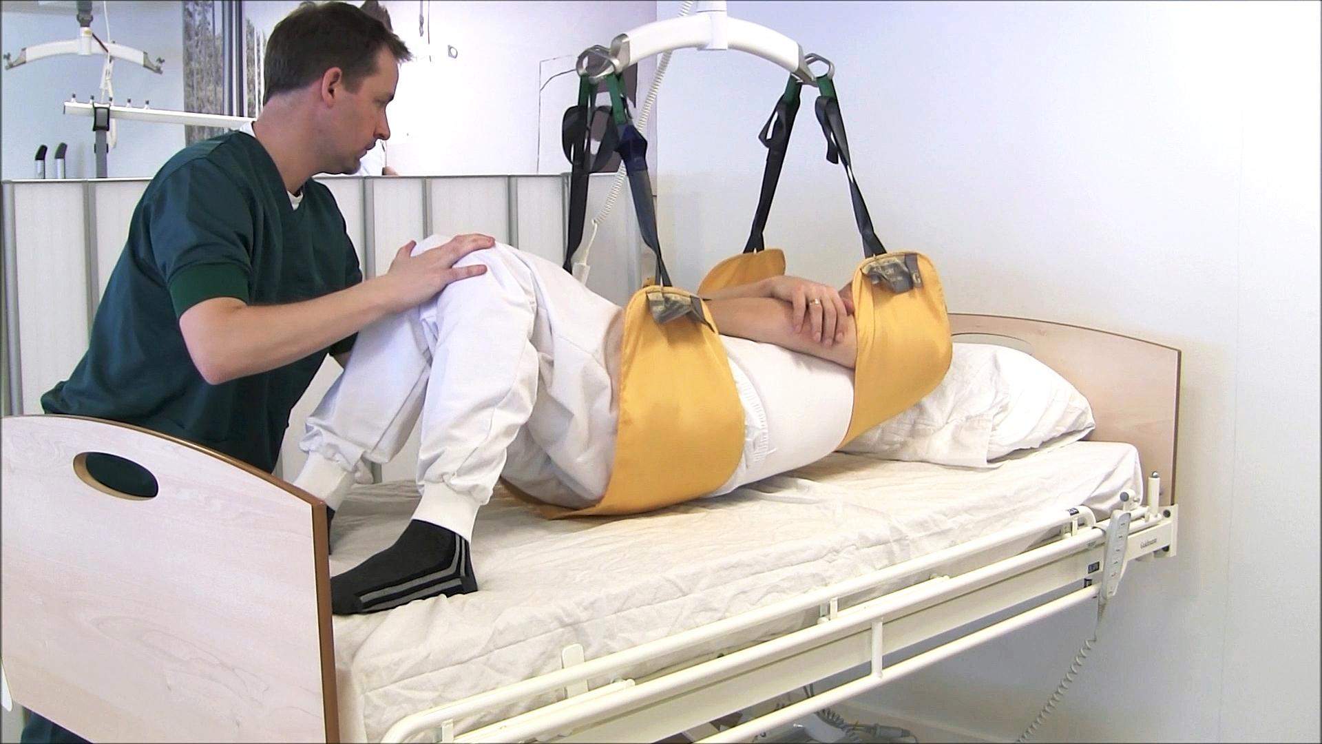 Multi Support sling learning video - How to use the Multi Support sling to move a patient higher up in bed - part 2
