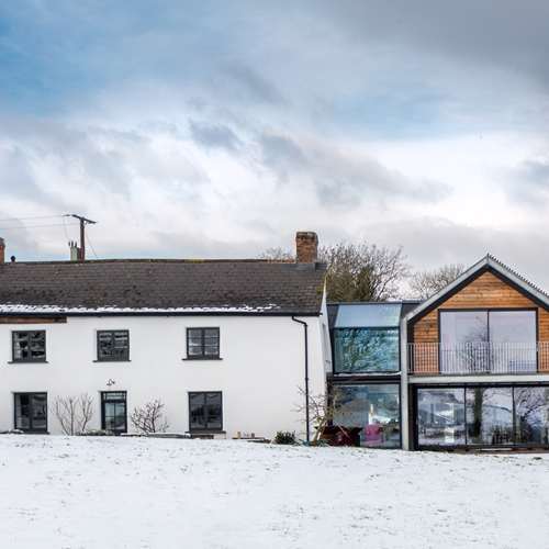 The modern extension to the old farmhouse creates a contrast between old and new and combines the two - quite literally. Because the goal wasn't merely to create a new build - it also had to be accessible and enable barrier-free access between the old and new building.